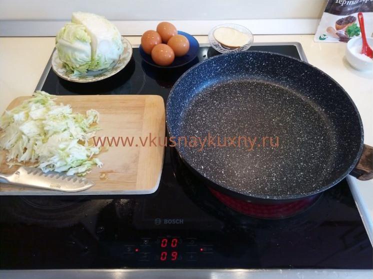 Шинкуем тонкой соломкой капусту для обжаривания
