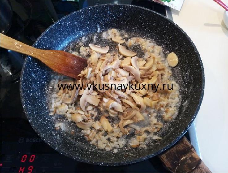 Выкладываем резаные шампиньоны на сковороду к луку и обжариваем