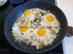 Яичница с капустой белокочанной на сковороде