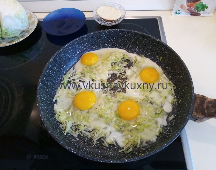 Яичница с капустой обжаренной на сковороде