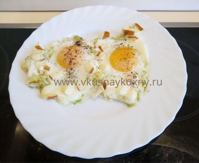 Яичница с тушеной капустой и сыром