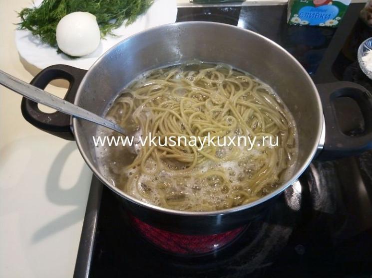 Зеленые макароны со шпинатом варим до полуготовности