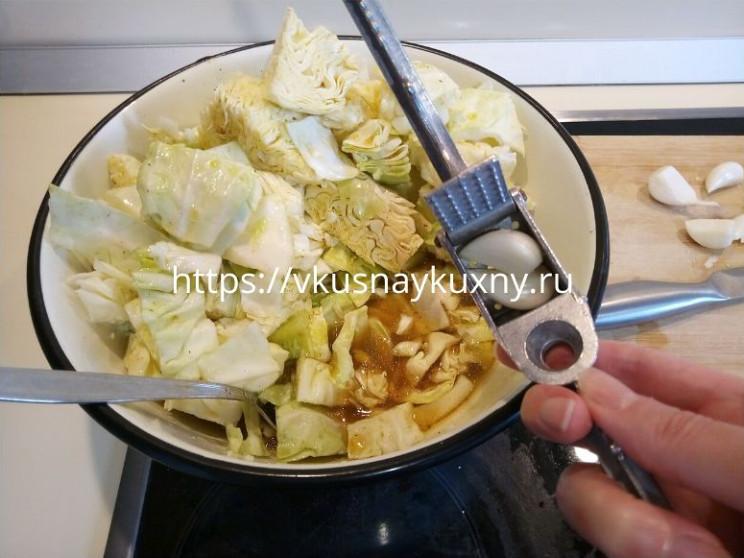Быстрая капуста горячим рассолом маринованная с уксусом и чесноком с куркумой