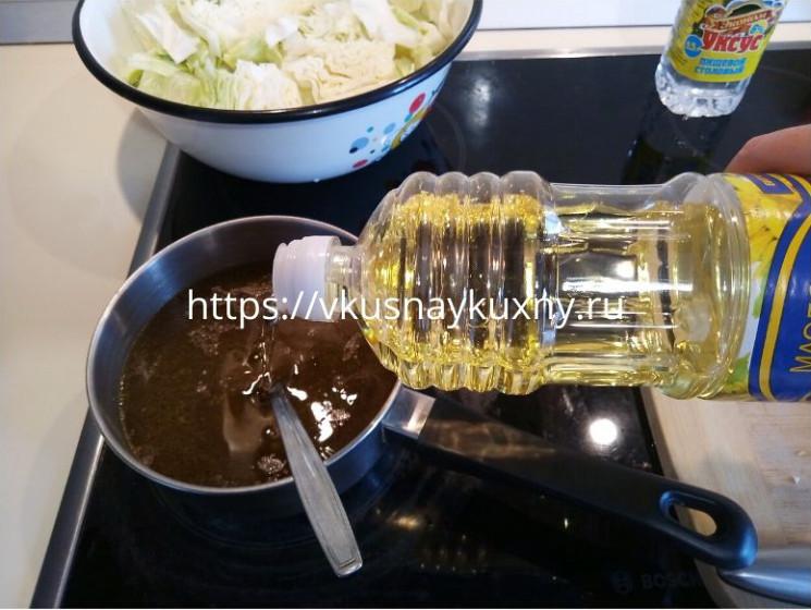 Добавляем подсолнечное масло в маринад для капусты
