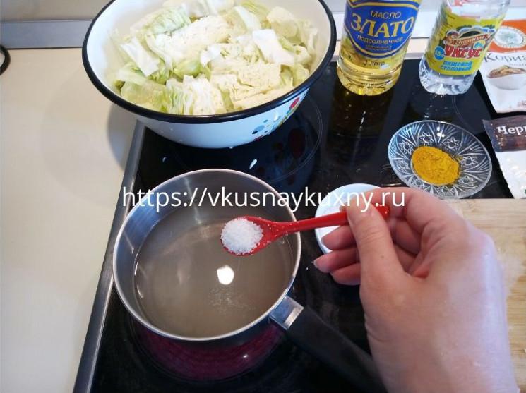 Добавляем соль в маринад для капусты