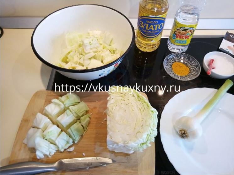 Режем молодую капусту для маринования с куркумой