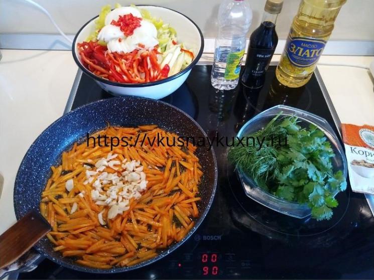 Добавляем к морковь порезанный чеснок для корейского салата с соевым соусом