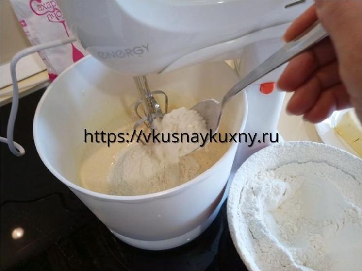 Добавляем муку во взбитые яйца с сахаром в чашу миксера