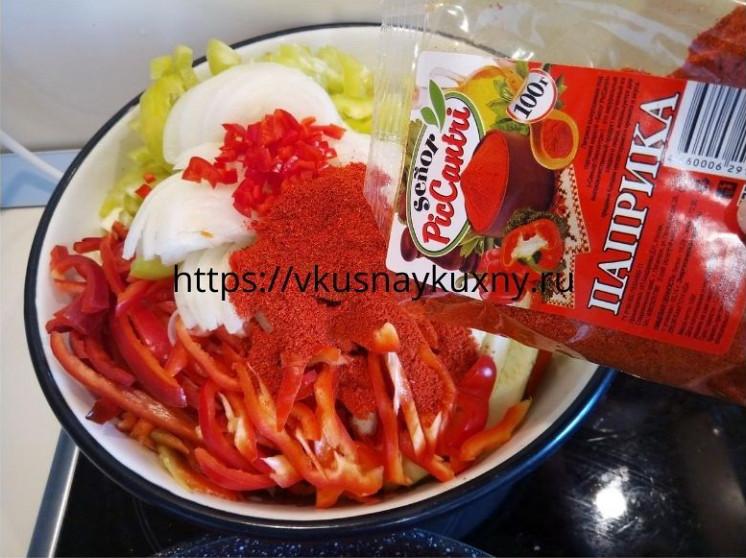 Добавляем паприку к овощам для корейского салата с чесноком