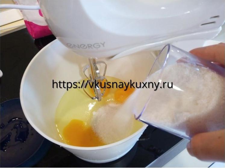 Добавляем сахар в яйца и взбиваем в чаше миксера
