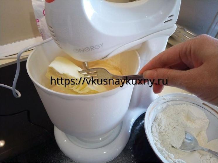 Добавляем сливочное масло во взбитые яйца с сахаром и мукой в чашу миксера