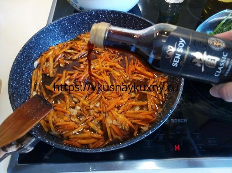 Добавляем соевый соус к моркови для корейского салата с чесноком