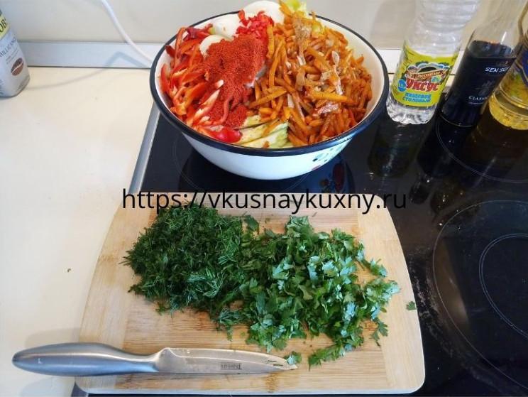 Мелко нарезаем укроп и кинзу для корейского салата с чесноком