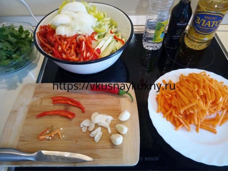 Нарезаем чеснок и острый красный перец для корейского салата с соевым соусом