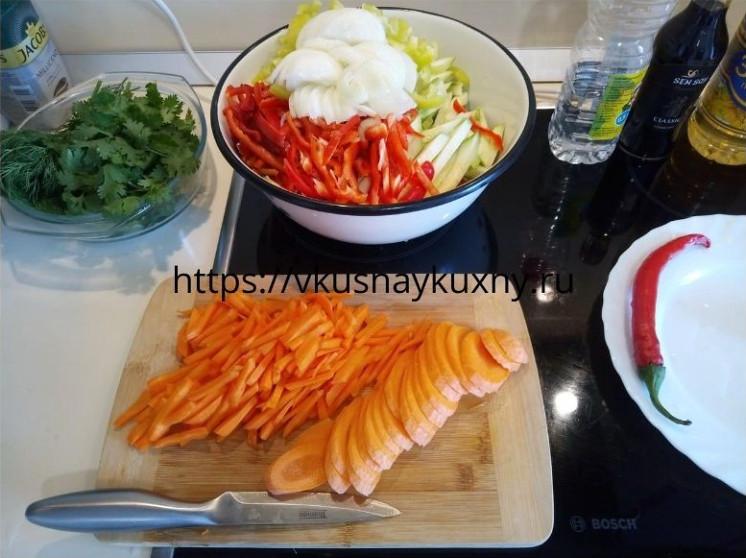 Нарезаем морковь соломкой для корейского салата с чесноком