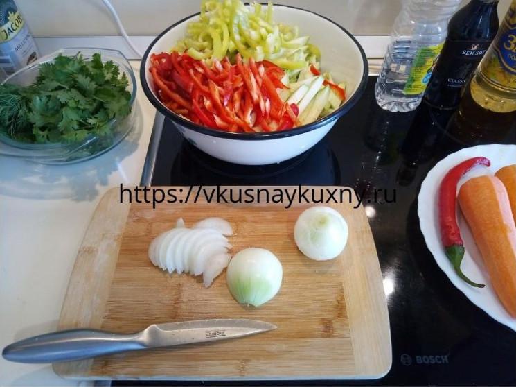 Нарезаем репчатый лук полукольцами для корейского салата с чесноком