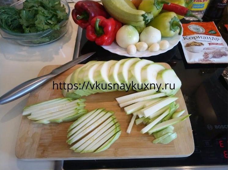 Нарезаем соломкой кабачки для корейского салата с чесноком