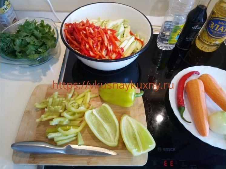 Нарезаем соломкой кабачки зеленый болгарский перец для корейского салата с чесноком