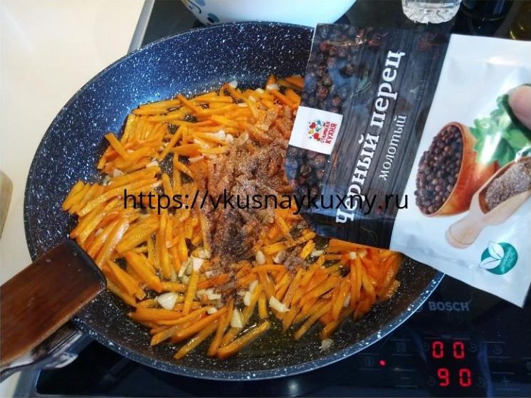 Посыпаем черным молотым перцем морковь для корейского салата с чесноком