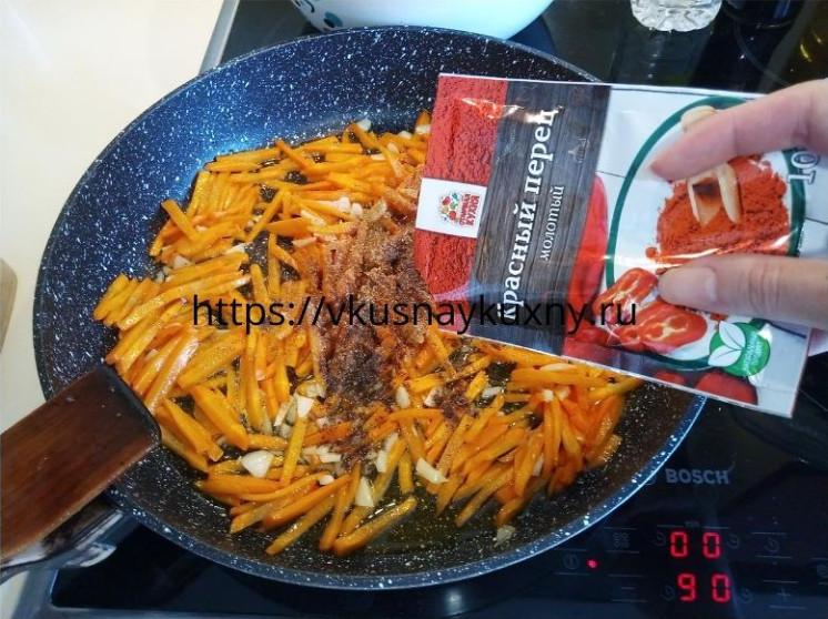 Посыпаем красным молотым острым перцем морковь для корейского салата с чесноком