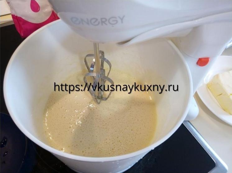 Взбитые с сахаром яйца в чаше миксера