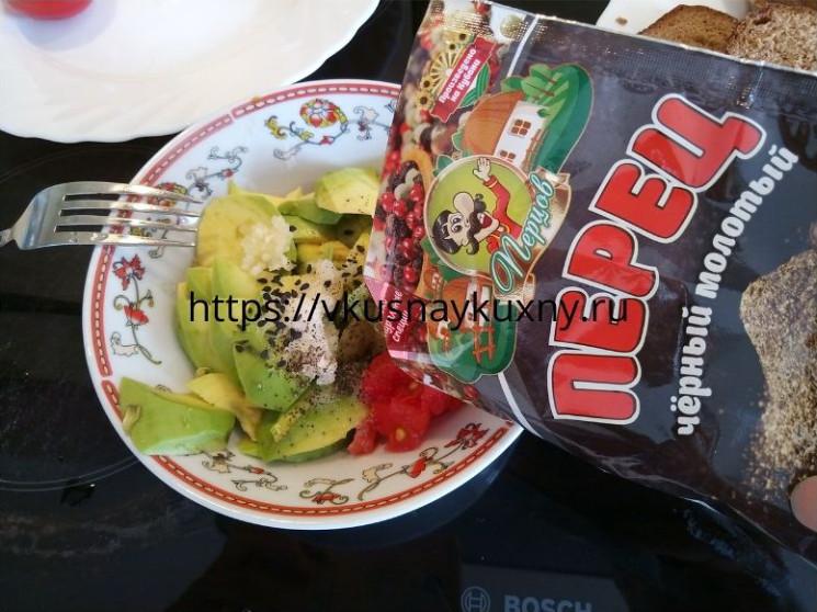 Добавляем черный молотый перец в мякоть авокадо для вкуса