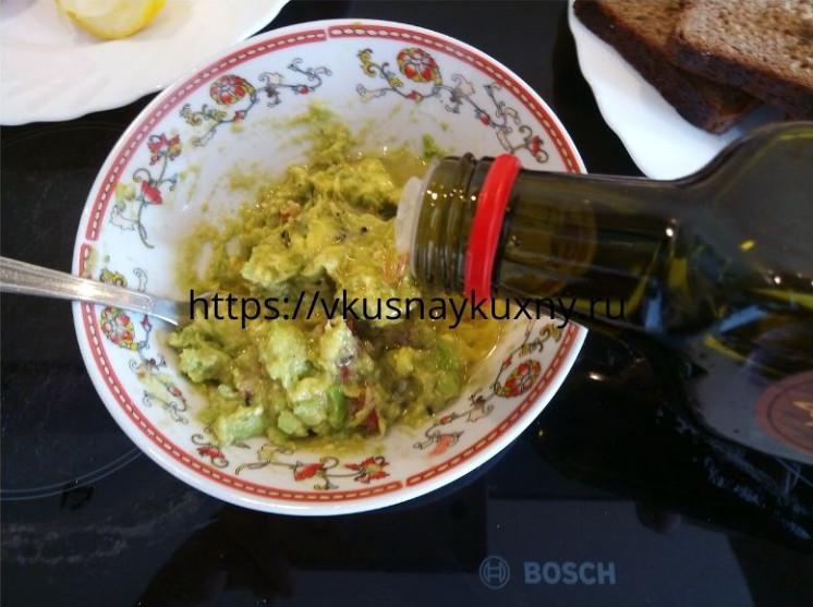 Добавляем оливковое масло в мякоть авокадо для вкуса