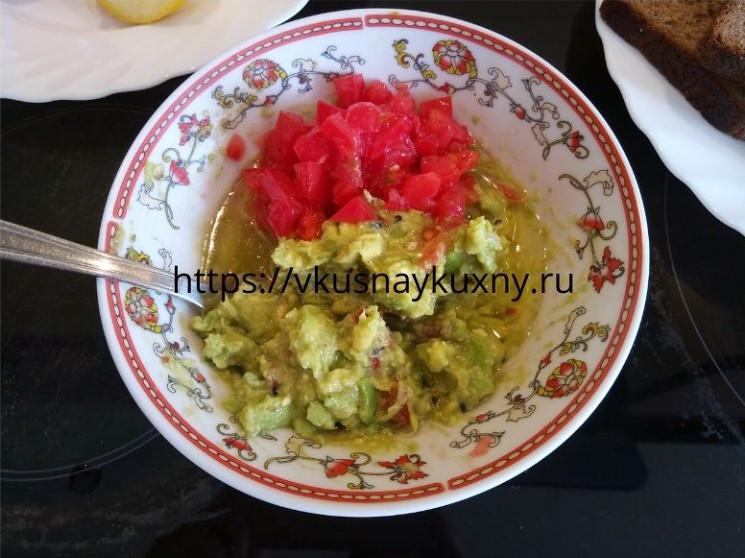 Добавляем порезанный помидор в мякоть авокадо для вкуса