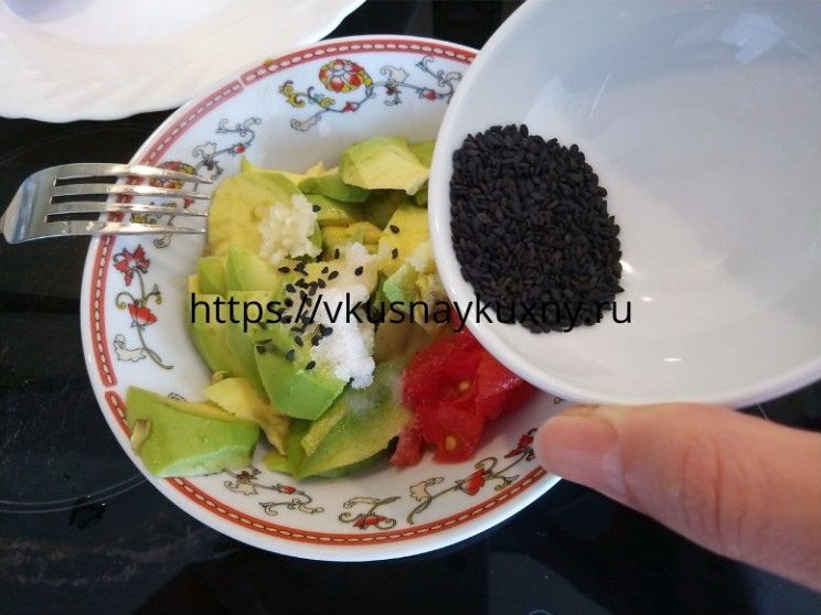 Добавляем семена черного кунжута в мякоть авокадо для контраста