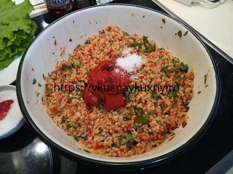Добавляем в булгур томатную пасту и соль и перемешиваем
