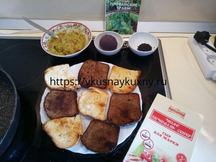 Обжаренные кусочки хлеба и готовая смесь из авокадо для бутербродов