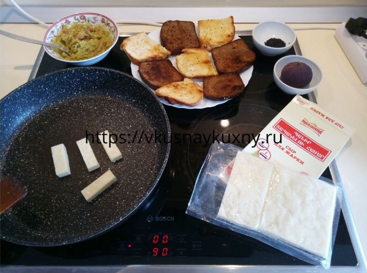 Обжариваем грузинский сыр на сковороде до корочки