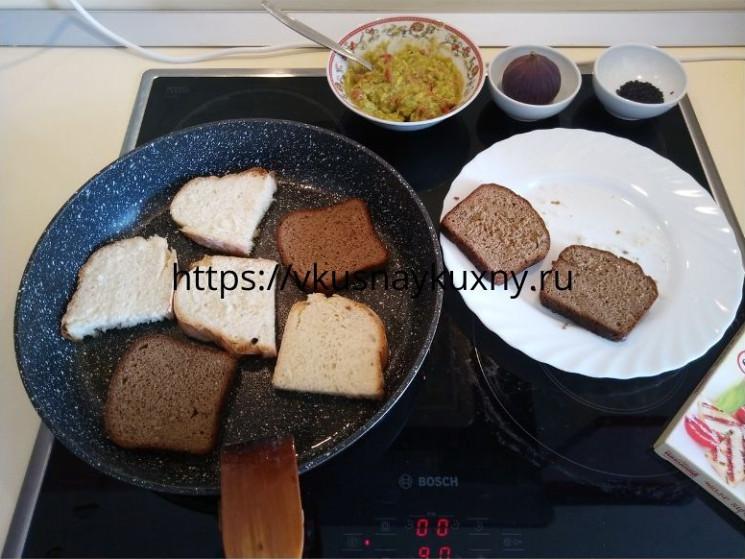 Обжариваем кусочки хлеба на сухой сковороде до корочки