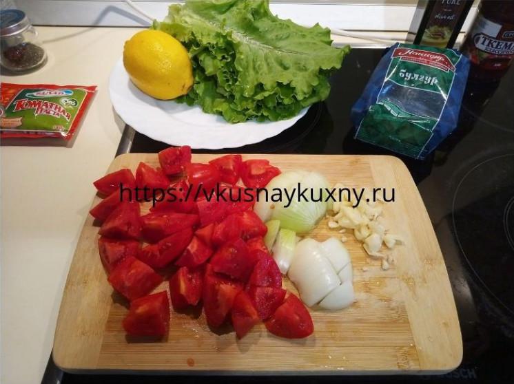 Режем помидоры, чеснок и лук мелко