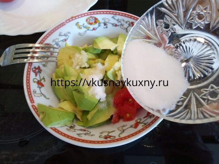 Солим мякоть авокадо в миске