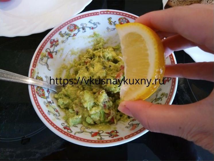 Выдавливаем четвертинку лимона в мякоть авокадо для вкуса