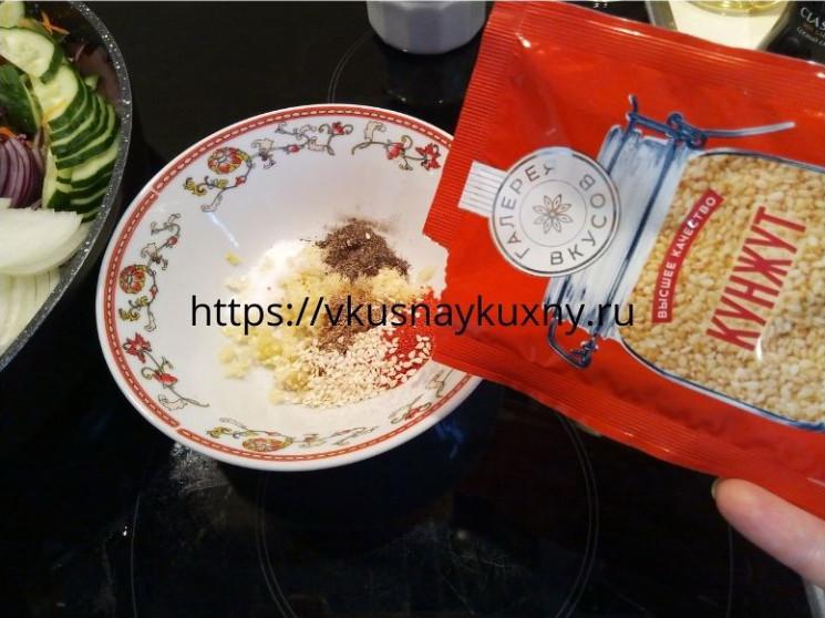 Добавляем белый кунжут в маринад для баклажан по корейски в отдельной чаше
