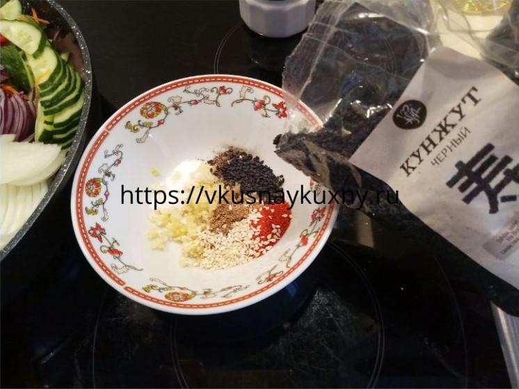 Добавляем черный кунжут в маринад для баклажан по корейски в отдельной чаше