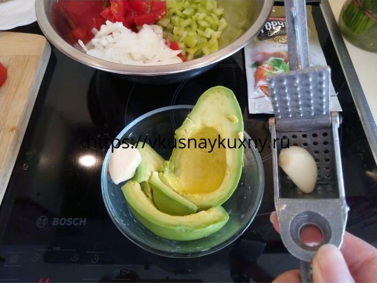 Добавляем чеснок в спелый авокадо и разминаем вилкой