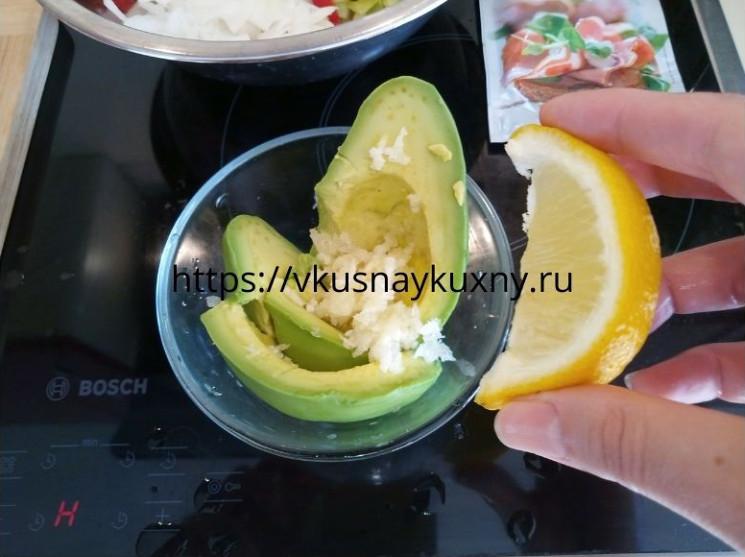 Добавляем лимонный сок в спелый авокадо и разминаем вилкой