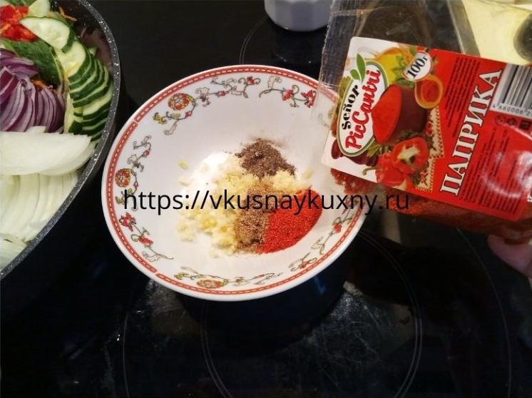 Добавляем паприку в маринад для баклажан по корейски в отдельной чаше