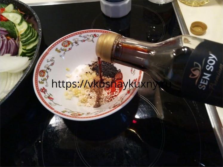 Добавляем соевый соус в маринад для баклажан по корейски в отдельной чаше