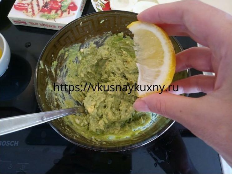 Добавляем в смесь с авокадо сок лимона четвертинку