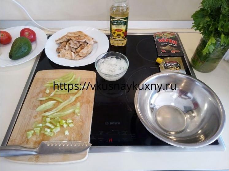 Нарезаем болгарский перец для салата с авокадо