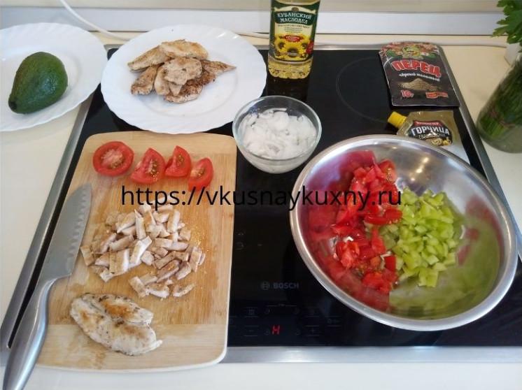Нарезаем помидоры и курицу для салата с авокадо
