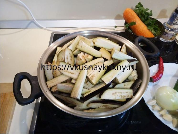 Нарезанные баклажаны для корейского салата в сковороде ВОК
