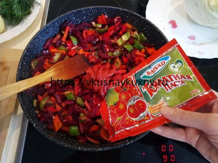 Добавляем в зажарку для борща томатную пасту в сковороду