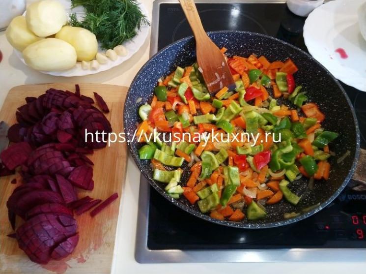 Обжариваем на сковороде лук, морковь, болгарский перец и свеклу для борща красного