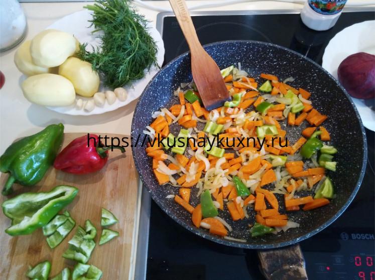 Обжариваем на сковороде лук, морковь и болгарский перец для борща красного