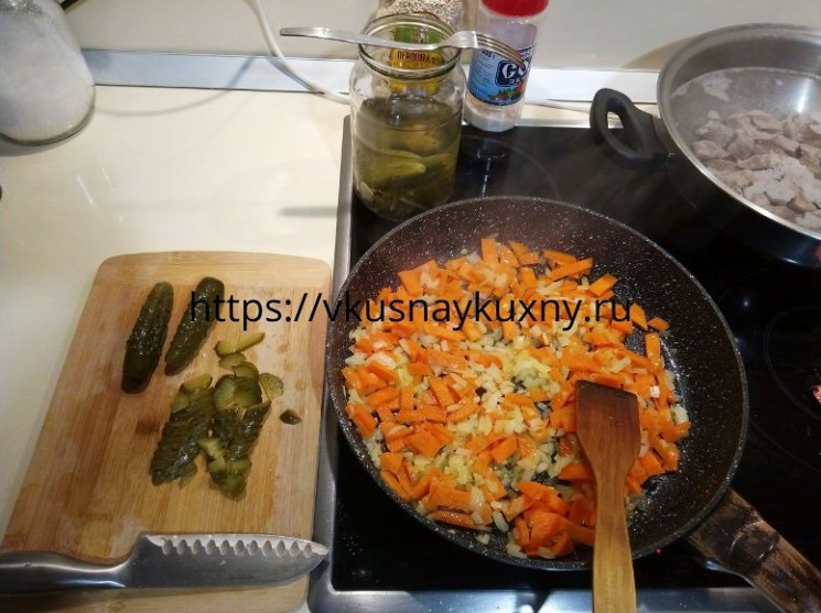 Жарим лук с морковкой для рассольника ленинградского